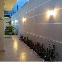 Detalhe da parede e flores Backyard Patio Designs, Small Backyard Landscaping, Fence Landscaping, Fence Design, Garden Design, Outdoor Pool Shower, Compound Wall Design, Home Room Design, Dream House Exterior