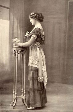 vintage photo of edwardian girl Edwardian Dress, Edwardian Era, Edwardian Fashion, Victorian Era, Vintage Fashion, 1900s Fashion, Victorian Women, Belle Epoque, Antique Photos