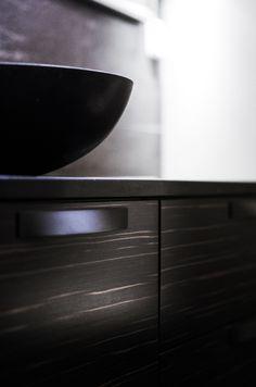 Tunnelmallinen tumma kylpyhuone – Nordic Atmosphere Puustelli Macassar, Laattapiste kiviallas
