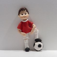 How about making a football player for this Father's Day, using colours of the… Sport Cakes, Soccer Cakes, Anna Cake, Cake Models, Fondant Figures Tutorial, Sugar Icing, Polymer Clay Christmas, Football Birthday, Gum Paste Flowers