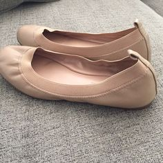 Banana republic flats *host pick 12/11* Very good condition, inside is super clean. Leather, nude colored flats. Super comfortable. Just not my style anymore! Banana Republic Shoes Flats & Loafers