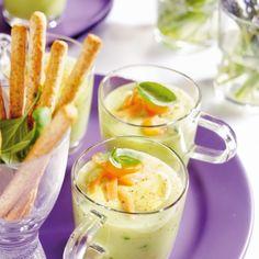 Basil soup with curry cream and salmon - Groceries Tapas, Appetizer Recipes, Soup Recipes, Cooking Recipes, Vinaigrette, Mozzarella, Buffet, Deli Food, Panna Cotta