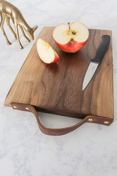 Learn how to add a leather handle to a cutting board. This detail gives your cutting board a bit more style and practicality. Diy Chopping Boards, Diy Cutting Board, Wood Cutting Boards, Wooden Boards, Diy Leather Projects, Diy Wood Projects, Diy Leather Handle, Carnicerias Ideas, Board Ideas