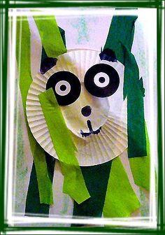 Un petit panda caché dans les bambous, moule cupcake, oeillets de classeur, grosses gommettes noireset papiers crépon verts.