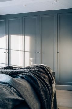 Bilderesultat for gråmalt garderobe American Kitchen, Minimalist Lifestyle, Your Space, Storage Solutions, Bespoke, Master Bedroom, Kitchens, Cabin, Interior Design