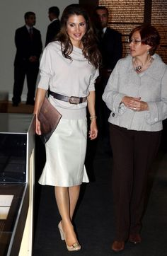 Queen Rania Photos Photos - Queen Rania of Jordan and Princess Noor of Jordan are now in Spain to attend a dinner with the Spanish King and Queen, in the meantime they visit Arab House in Madrid. - Queen Rania Of Jordan Visits The Arab House In Madrid Queen Rania, Queen Letizia, Her Majesty The Queen, Black N White, Business Outfits, Royal Fashion, Most Beautiful Women, Casual Chic, Dress Skirt