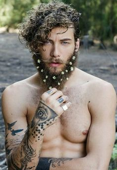 But most recently, the bushy beard's masculinity has been turned off and instead adorned with flower power. A wacky new trend sees hipsters weave foliage Hipster Beard, Hipster Man, Hipsters, Tatto Boys, Hair And Beard Styles, Long Hair Styles, Mini Mundo, Flower Beard, Hipster Tattoo