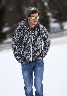 """Model slnečných okuliarov ALBERT je odsúdený na úspech. Na popularite im pridáva jednoduchý """"wayfarer"""" dizajn a zelené zrkadlové sklá. Rám je vyrobený zo santalového dreva. Wayfarer, Modeling, Bomber Jacket, Winter Jackets, Fashion, Winter Coats, Moda, Modeling Photography, Winter Vest Outfits"""