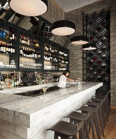 Amazing Statuarietto Marble counters - The Nolitan / Grzywinski + Pons Bar Restaurant Design Bar Restaurant, Deco Restaurant, Modern Restaurant, Design Café, Cafe Design, Modern Design, Bar Lounge, Bar Bistro, Hotels In New York