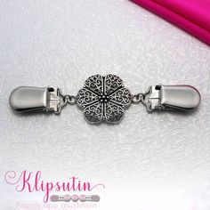 Vackert o Smart! Beautiful thing <3  In the middle of Pieta there is a beautiful metallic flower that suits with wide variety of clothes.  Klipsutin is delivered in a beautiful box, which in addition to storing, is also a great gift box.  The length of this Klipsutin model is 11 cm.