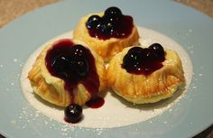 Mini German pancakes (or Dutch baby pancakes) a la Brunch at Bobbys with warm blueberry syrup. Sweet Breakfast, Breakfast Dishes, Breakfast Recipes, Bobby Flay Brunch, Mini German Pancakes, Traditional American Food, Bobby Flay Recipes, Dutch Oven Bread, Dutch Baby Pancake
