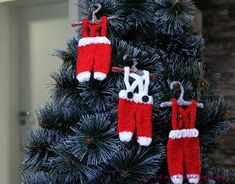 This Tiny Santa Pants Ornament Free Knitting Pattern is a quick and easy introduction to knit ornaments, and they are so cute. Knitted Christmas Decorations, Knit Christmas Ornaments, Handmade Christmas Crafts, Xmas Tree Decorations, Christmas Diy, Homemade Christmas, Christmas Christmas, Christmas Knitting Patterns, Knit Patterns