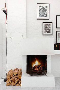 Decorate Your Fireplace Mantel Like a Pro - SA Decor & Design Interior Exterior, Home Interior, Interior Design, Modern Interior, Kitchen Interior, White Fireplace, Fireplace Mantle, Small Fireplace, Minimalist Fireplace