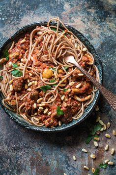 Spaghetti bolognese maar dan dit keer zonder vlees. Je vindt hier het recept voor een lekkere vegan variant met paddestoelen en linzen in plaats van gehakt. Minstens net zo lekker!