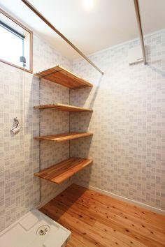 来客者の出入りの少ない脱衣室には、可愛い壁紙を取り入れました♪ 予め、衣類を片付けられる収納や、バスタオルなどをかけられるパイプを用意することで、コンパクトなスペースでもスマートに活用できますね* #注文住宅#工務店#アンシンハウズ#脱衣室 Shelf Design, House Plans, Bookcase, Shelves, How To Plan, Interior Design, Room, Home Decor, Kitchen Organization