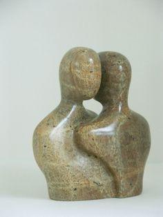 Karin Kuik - Kijkend over je schouder The Kiss Keka❤❤❤ Stone Sculpture, Sculpture Clay, Abstract Sculpture, Pottery Sculpture, Pottery Art, Soapstone Carving, Sculptures Céramiques, Wood Carving Designs, Art Plastique