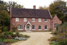Architecture of the English style design for country houses differs from others with its conservatism and rigor. Modern Georgian, Georgian Style Homes, Style Cottage, Cottage Homes, Style At Home, Colonial Exterior, Exterior Design, Farmhouse Plans, Farmhouse Front