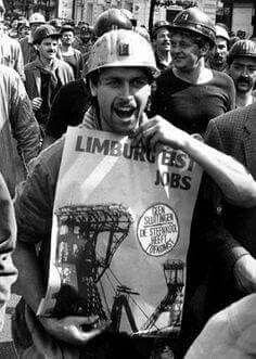Prosterende mijnwerkers eisen jobs na de mijnsluitingen.