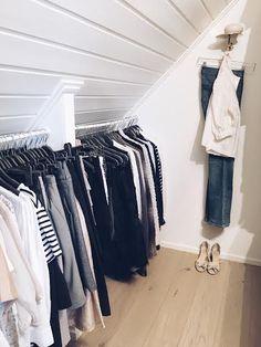 Spring cleaning deluxe har det varit i min garderob under helgen. Jag har nog rensat ut hälften av alla kläder och skor, så skönt! Ut med allt som inte jag har använt på över 1 år och sedan inflyt…