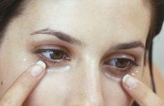 Women Around the World Applying Baking Soda Under Their Eyes – The Reason Is Phenomenal!!! - http://eradaily.com/women-around-world-applying-baking-soda-eyes-reason-phenomenal/