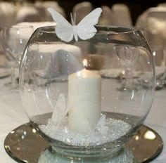 Haz hermosos centros de mesa de una manera fácil y rápida usando peceras de cristal sobre un espejo. Utiliza elementos decorativos a tu alc...