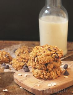 A fall classic: sweet and soft vegan pumpkin chocolate chip oatmeal cookies flavored with autumn spices and dark chocolate chunks.