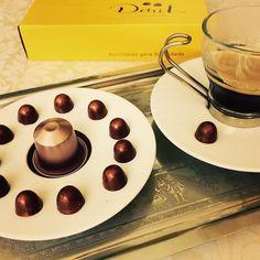 14:20 hora do cafezinho com nossa nova linha restaurante: mini gotinhas super cremosas de chocolate belga  #coffeetime #cafezinho #gotinhasdechocolate #chocolovers #buffet #mesadocafe #mesadedocesechocolates #docinhos #docinhosdefesta #docinhosdecasamento #restaurantes #emporios #docilidadegeradocilidade