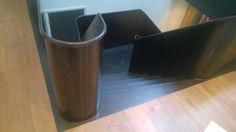 Vanstaal trap ontwerp en realisatie. Volledig blauwstaal met op het bordes een stalen vloer met visgraat.