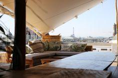 Le + jungle urbaine : Le perchoir du BHV MARAIS ouvre au public les portes - du mardi au samedi de 20h15 à 2h et le mercredi de 21h15 à 2h - de sa grande terrasse de 250 m2. Cocktails, finger food, DJ set, feuilles de palmiers, coussins fleuris, déco tropicale. Au revoir chalet hivernal, bonjour jungle urbaine. Ici, on passe des soirées bien loin de la pagaille parisienne avec vue(s) imprenable(s) sur les quais, l'Hôtel de Ville, la Tour Saint-Jacques, Beaubourg et la Tour Eiffel.