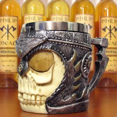 A caneca de caveira Viking com alça trabalhada vai te surpreender, confeccionada em resina resistente e com ótimo acabamento e pintura metalizada, ainda possui aço inoxidável em sua parte interna que ajuda a conservar a temperatura de sua bebida. #medieval #viking #guerreiro #caveira