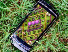 """(Smartphone en el cesped con Clash of Clans) - visto en """"Los tres puntos de inflexión del #AdverGaming"""" - AdverGaming.Info"""