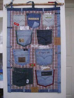 Are you looking for ideas to recycle old jeans? We have selected some of the best ideas we have found so you can be inspired and make your own crafts by recycling old jeans. Jean Crafts, Denim Crafts, Sewing Hacks, Sewing Crafts, Sewing Projects, Sewing Ideas, Sewing Tools, Artisanats Denim, Recycling