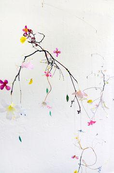 Anne Ten Donkelaar travaille avec de fragiles fragments de nature qu'elle agence à des bouts de ficelles, fleurs de papier, pétales de tissu...