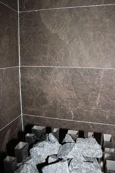 Rustiikki-pintaista marmoria suomalaiskodin saunassa