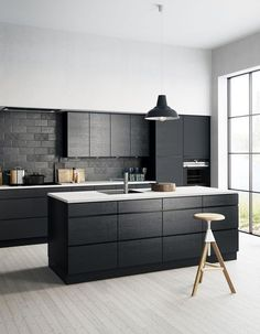 Cuisine noire : un nouveau classique dont on ne se lasse pas - Elle Décoration Modern Kitchen Interiors, Kitchen Inspiration Design, Kitchen Inspirations, Interior Design Kitchen, Integrated Kitchen Appliances, Buy Kitchen, Built In Kitchen Appliances, Kitchen Room, Kitchen Remodel