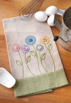Inspiration for an apron bib. Garden Flowers Towel - Crafts 'n things Sewing Appliques, Applique Patterns, Embroidery Applique, Embroidery Stitches, Machine Embroidery, Embroidery Designs, Fabric Crafts, Sewing Crafts, Sewing Projects