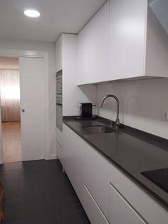 Busca imágenes de Cocinas de estilo moderno: piso en Aluche 2. Encuentra las mejores fotos para inspirarte y crea tu hogar perfecto. #Diseño