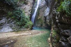 La chute de la Druise: Cette courte mais incontournable promenade de la vallée de la Gervanne vous emmène découvrir le site classé des Gorges d'Omblèze, où l'eau est omniprésente et la végétation souvent luxuriante.