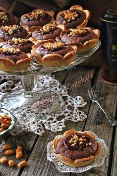 Illéskrisz Konyhája: CSOKOLÁDÉS-MOGYORÓS LINZERVIRÁG Hungarian Cake, Poppy Cake, Waffle Cake, Mini Tart, Eat Pray Love, Cupcake Cookies, Sweet Recipes, Deserts, Food And Drink