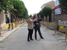 Borja Sarasola visita las obras de rehabilitación de la calle Santiago en Alcalá de Henares, una de las principales vías del casco histórico del municipio.