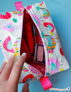 Boxy bag video tutorial for a bag with no raw edges! what a cute makeup bag!