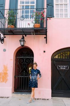 The best and most instagrammable location spots in Charleston, SC for fashion bloggers and instagrammers when they are traveling. Use this as a guide to find the perfect locations and venues as a photo backdrop #fashionbloggers #charleston #travelguide #travelphotos #instagramtips