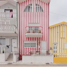 Casas coloridas em Ílhavo, Portugal. Quem disse que as riscas ficavam só dentro de casa?