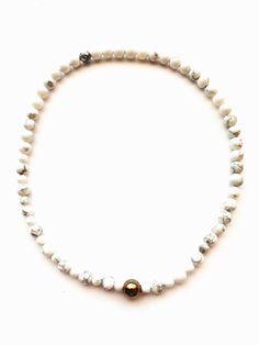 ESK 1009 - Halskette aus Howlithperlen 8mm und 6mm. Die Länge beträgt ca. 48cm. Sie ist handgefädelt auf Elastikband und schließt mit einer kupferfarbenen Metallperle. Unikat! Dem mattweißen oder blauen Howlith eine beruhigende, schlaffördernde, aber auch entschlackende und entgiftende Wirkung zugeschrieben. Band, Pearl Necklace, Pearls, Jewelry, Design, Fashion, Semi Precious Beads, String Of Pearls, Moda