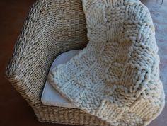 Plaid tricoté avec des aiguilles XXL que jai moi-même fabriquée. point damier  Laine 100% mérinos dune haute qualité : ne pique pas, légère et extrêmement douce, soyeuse et chaude. laine hypoallergénique.  taille du plaid : 1,10 m X 0,70 m ( 43 inch X 28 inch) poids : 1,2 kg  Le plaid est livré dans un sac que jai cousu à partir de tissu ancien .  Tout est fait maison : des aiguilles au sac contenant le plaid !  PRIX EXCEPTIONNEL