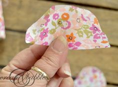 Fabric Flower Baby Headbands - Create and Babble Diy Baby Hats Sew, Diy Baby Headbands, How To Make Headbands, Diy Hair Bows, Diy Bow, Diy Headband, Baby Bows, Diy Dog Bag, Baby Bibs Patterns