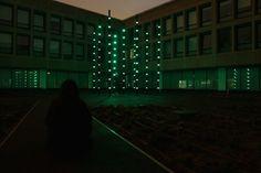 Boo – Amsterdam  « Boo » est une oeuvre artistique interactive imaginée par l'artiste Hollandais Dan Roosegaarde (Studio Roosegaarde). Installée dans la cour intérieure de l'Hotelschool situé à Amsterdam (Pays-Bas) cette installation interactive composée de piliers de 6 mètres de hauteur réagit aux sons et aux mouvements des étudiants qui y passent quotidiennement.