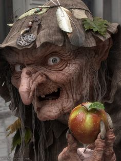 Scary Ugly Witch with Poison Apple scary animated ugly witch gif halloween poison apple Halloween Tags, Theme Halloween, Holidays Halloween, Vintage Halloween, Halloween Makeup, Halloween Crafts, Halloween Decorations, Happy Halloween, Halloween Witches