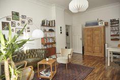 Wohnzimmer mit sehr schöner Bildwand und großem Teppich. #Wohnzimmer #Einrichtung #Sofa #Schrank #livingroom #interior