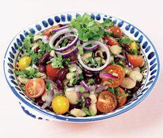 Färdigkokta bönor är nyttigt, billigt och snabblagat. Här hittar du stora vita bönor och kidneybönor i en matig sallad med körsbärstomater, rödlök och balsamvinägrett.